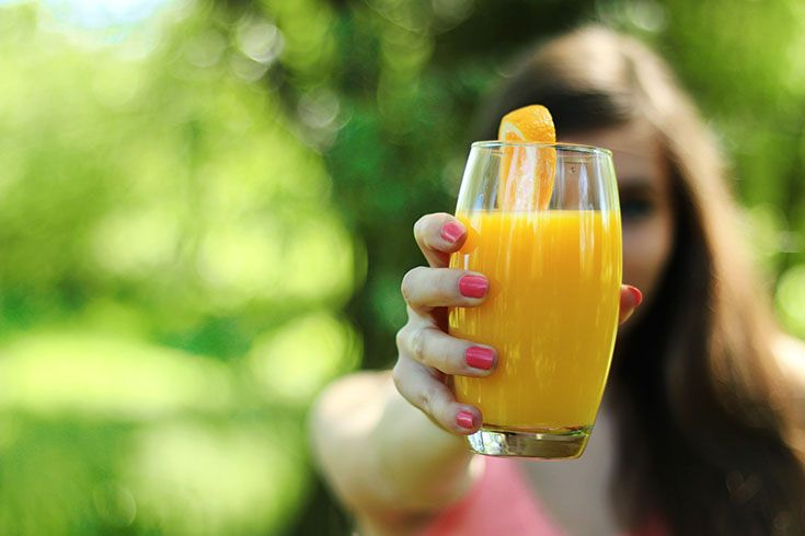 Tjej_visar_sin_apelsinjuice