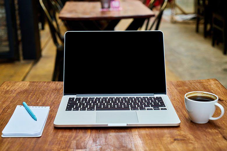 papper_Dator_Och_kaffe_bild