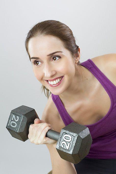 kvinna_som_tränar_med_hantel