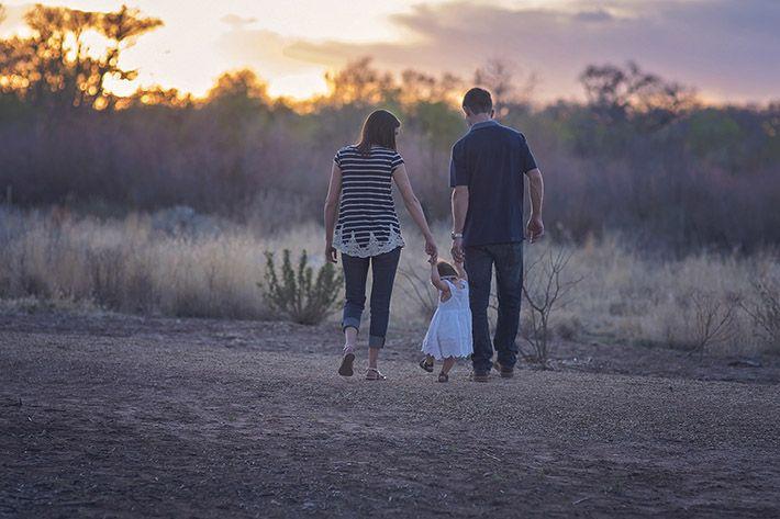 Familj_som_går_utomhus