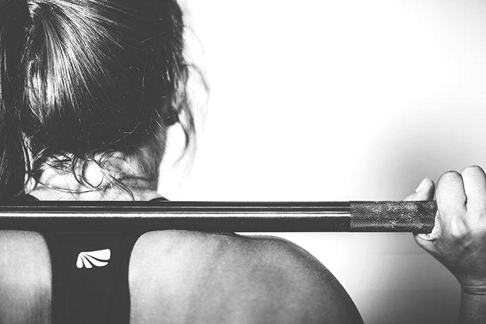 Kvinna_lyfter_vikt