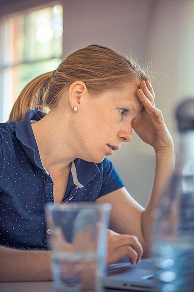 kvinna-stressar